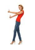 Adolescente en la camiseta roja que muestra los pulgares para arriba Imagen de archivo libre de regalías