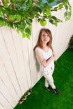 Adolescente en la cerca en el jardín Foto de archivo libre de regalías