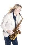 Adolescente en la chaqueta blanca con el saxofón Fotografía de archivo