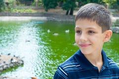 Adolescente en la charca Imagen de archivo