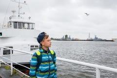 Adolescente en la ciudad de Kronstadt en Rusia Fotografía de archivo libre de regalías