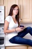 Adolescente en la cocina Fotografía de archivo