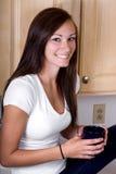 Adolescente en la cocina Fotos de archivo