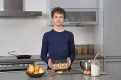 Adolescente en la cocina Foto de archivo libre de regalías