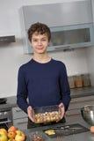 Adolescente en la cocina Imagen de archivo