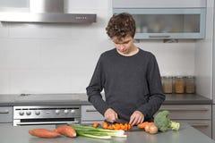 Adolescente en la cocina Imágenes de archivo libres de regalías
