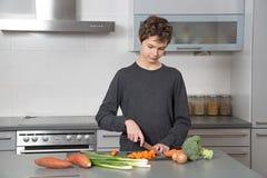 Adolescente en la cocina Imagen de archivo libre de regalías
