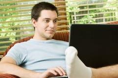 Adolescente en la computadora portátil Foto de archivo libre de regalías