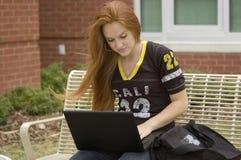 Adolescente en la computadora portátil Imagen de archivo libre de regalías