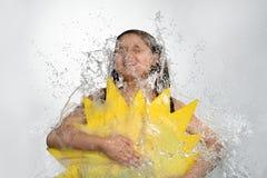Adolescente en la corriente del agua que cae del top Fotografía de archivo