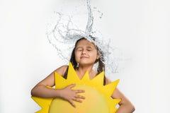 Adolescente en la corriente del agua que cae del top Foto de archivo