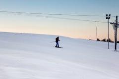 Adolescente en la cuesta del esquí Imágenes de archivo libres de regalías