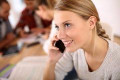 Adolescente en la escuela que habla en el teléfono Fotos de archivo