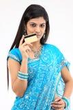 adolescente en la explotación agrícola azul de la sari de la tarjeta de crédito Imagen de archivo
