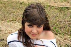 Adolescente en la hierba imagenes de archivo