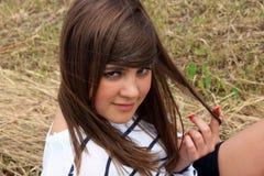 Adolescente en la hierba fotos de archivo libres de regalías