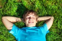 Adolescente en la hierba Fotografía de archivo
