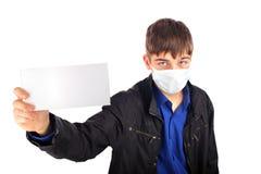 Adolescente en la máscara de la gripe Fotos de archivo libres de regalías