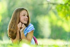 Adolescente en la mentira azul de la blusa Fotos de archivo