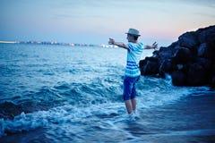 Adolescente en la orilla de mar Fotografía de archivo libre de regalías