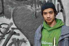 Adolescente en la pared pintada Fotografía de archivo libre de regalías