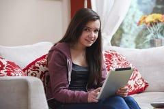 Adolescente en la PC de la tableta Imagen de archivo