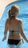 Adolescente en la piscina Imagenes de archivo