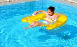 Adolescente en la piscina Fotografía de archivo