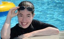 Adolescente en la piscina - Imagen de archivo
