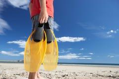 Adolescente en la playa con las aletas Fotografía de archivo libre de regalías