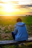 Adolescente en la puesta del sol Fotografía de archivo libre de regalías