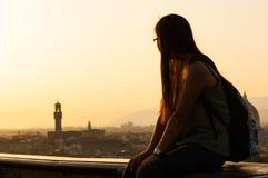 Adolescente en la puesta del sol que mira la vista de Florencia Foto de archivo