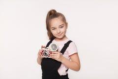 Adolescente en la ropa informal que sostiene una cámara instantánea Fotografía de archivo libre de regalías