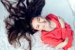 Adolescente en la sonrisa de la cama Fotos de archivo libres de regalías