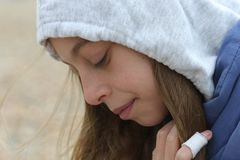 Adolescente en la sudadera con capucha que parece triste Fotografía de archivo libre de regalías