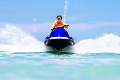 Adolescente en la vespa del agua Esquí acuático adolescente del muchacho de la edad Foto de archivo