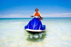 Adolescente en la vespa del agua Esquí acuático adolescente del muchacho de la edad Fotografía de archivo