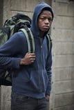 Adolescente en las calles con la mochila Foto de archivo