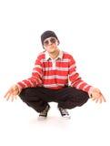 Adolescente en las gafas de sol que se sientan en el suelo Foto de archivo