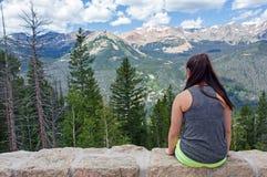 Adolescente en las montañas Foto de archivo libre de regalías