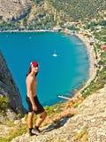 Adolescente en las montañas sobre el mar Fotos de archivo libres de regalías