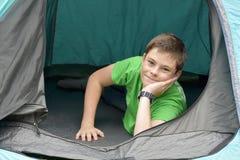 Adolescente en las vacaciones que acampan Imagenes de archivo