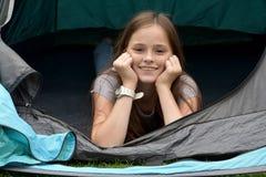 Adolescente en las vacaciones que acampan Imagen de archivo libre de regalías