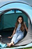Adolescente en las vacaciones que acampan Foto de archivo libre de regalías
