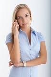Adolescente en llamada de teléfono móvil Imagen de archivo libre de regalías