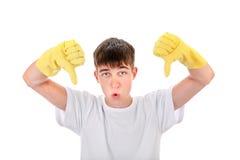 Adolescente en los guantes de goma Imagen de archivo libre de regalías