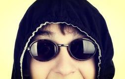 Adolescente en los vidrios de Sun Imagenes de archivo
