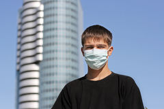 Adolescente en máscara de la gripe Foto de archivo libre de regalías