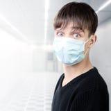 Adolescente en máscara de la gripe Fotografía de archivo libre de regalías