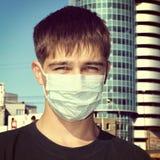 Adolescente en máscara de la gripe Fotografía de archivo